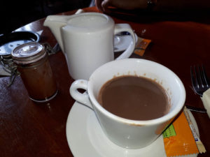 LE RESTAURANT LE SYLVIA A CHANTILLY : Le VRAI chocolat chaud
